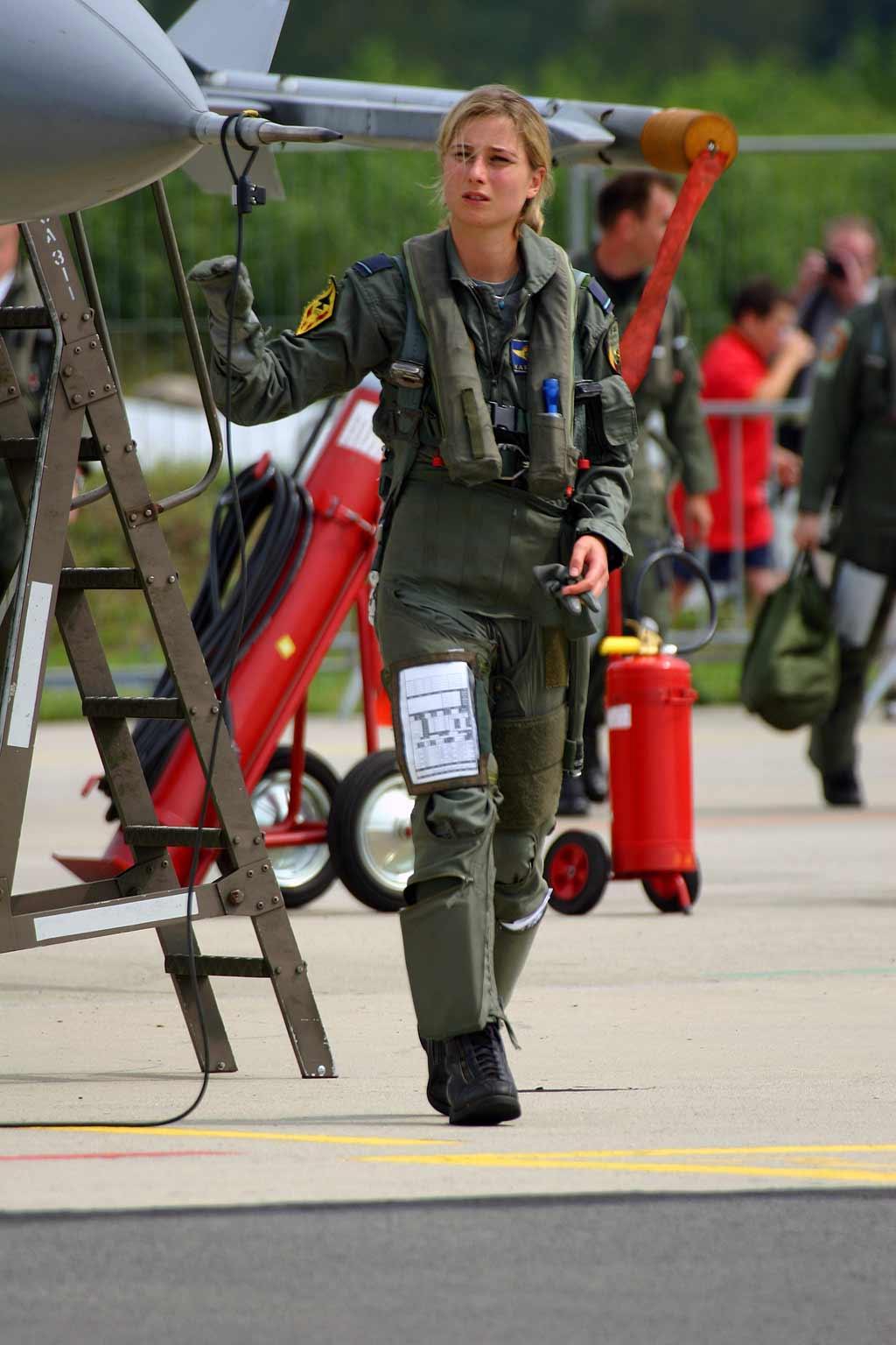 Связанные девушки в военной форме 18 фотография